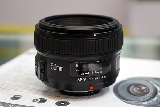 Yongnuo-AF-S-50mm-f1.8-lens-for-Nikon-F-mount-7-550x367